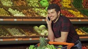 人回复电话在购物中心 免版税库存图片
