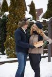 人回来在他的后的皮箱子和去给他的妇女一个礼物华伦泰` s天、圣诞节或者新年 男朋友和g 库存照片