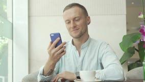人回答的消息和饮用的咖啡 免版税库存图片