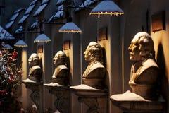 人图许多中世纪雕象在圈子朝向在围场 免版税库存照片