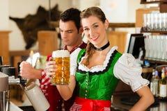 年轻人图画啤酒在餐馆或客栈 免版税库存图片