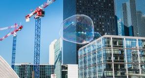人在一个中心广场中间做巨型泡影 库存照片