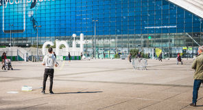 人在一个中心广场中间做巨型泡影 免版税库存照片