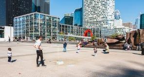 人在一个中心广场中间做巨型泡影 图库摄影