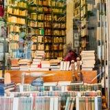 人在一个文物的书店坐在巴黎,法国 免版税库存图片