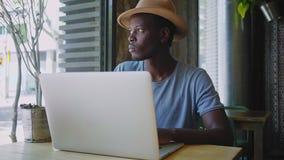 年轻黑人在一个时髦咖啡馆坐 股票视频