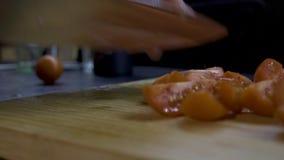 人在一个木板的切片蕃茄 股票视频
