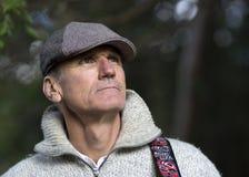 人在一个羊毛内衣的毛线衣和鸭嘴兽盖帽穿戴了 免版税库存图片