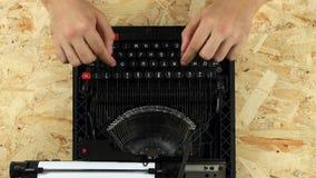 人在一台打印的减速火箭的打字机键入 在视图之上 股票视频