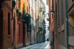 人在一条狭窄的老街道结束时,维罗纳 免版税库存图片