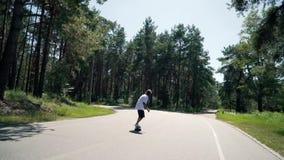 人在一条空的路乘坐滑板 股票录像