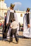 人在中央广场,安提瓜岛,危地马拉得到里面gigante 库存图片