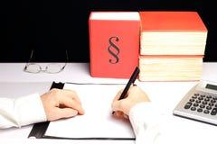 人在书桌上工作 免版税图库摄影