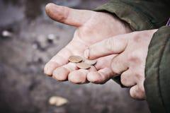 人在他的手上计数金钱 免版税库存图片