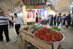人在伊斯法罕,伊朗在一个市场上换果子 库存图片