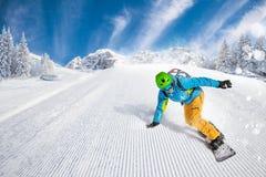 人在倾斜的挡雪板骑马 图库摄影