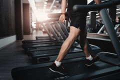 人在健身健身房俱乐部的步行机踏车 免版税库存照片
