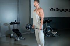 人在健身房的执行的重的Deadlift 免版税库存图片