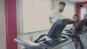 人在健身房的踏车跑 从个人教练的减肥钻子肥胖人的 健康和健身 锻炼和 影视素材