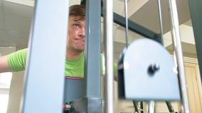 人在健身演播室做在模拟器的一蝴蝶锻炼 o r 影视素材