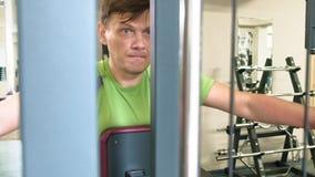 人在健身演播室做在模拟器的一蝴蝶锻炼 o r 股票视频