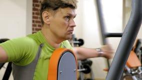 人在健身演播室做在模拟器的一蝴蝶锻炼 r E 股票录像