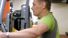 人在健身演播室做在模拟器的一蝴蝶锻炼 r E 影视素材