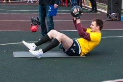 人在健身Crossfit,奥伦堡,俄罗斯竞争 免版税库存照片