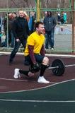 人在健身Crossfit,奥伦堡,俄罗斯竞争 免版税图库摄影