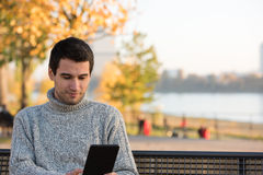 年轻人在公园 免版税图库摄影
