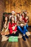 人在六名妇女陪同下在有圣诞节的d屋子里 库存图片