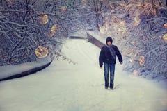 人在冬天森林里 免版税库存图片