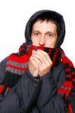 人在冬天给发抖从寒冷穿衣 免版税库存图片
