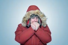 人在冬天给温暖的手,寒冷,冬天穿衣 免版税库存照片