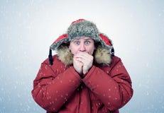 人在冬天给温暖的手,寒冷,雪,飞雪穿衣 免版税图库摄影
