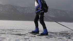 人在冻贝加尔湖冰滑冰在一个晴天 影视素材