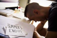 人在办公室和文本夏天末端 库存图片