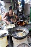 人在加尔各答准备简单的街道食物 免版税库存照片