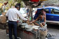人在加尔各答准备简单的街道食物 免版税库存图片