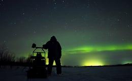 人在北极光的背景中 免版税库存图片
