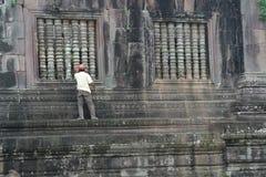 人在占巴塞省,老挝恢复古老Wat Phu寺庙 免版税库存图片