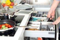 人在厨房里离开一个不锈的工具 后边Vegatables 免版税库存照片