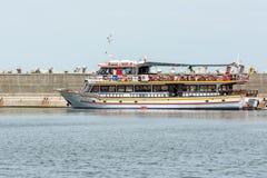 人在口岸的小船旅行 图库摄影