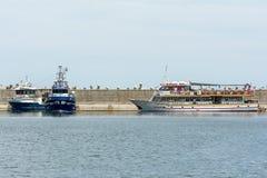 人在口岸的小船旅行 免版税图库摄影