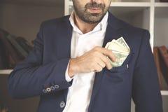 人在口袋的保证金 免版税库存图片