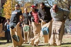 人在古板的套袋跑竞争在亚特兰大节日 库存图片