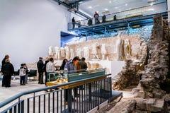 人在古老罗马寺庙站点被兴建在古镇Narona的参观博物馆 库存图片