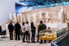 人在古老罗马寺庙站点被兴建在古镇Narona的参观博物馆 免版税库存图片