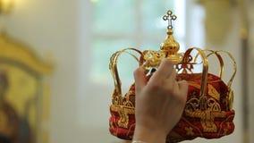 人在右手保留巨型的金黄冠在教会里 股票视频