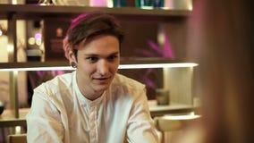 人在咖啡馆笑坐微笑一杯黑咖啡在他的手饮料的传达的愉快的举行 影视素材